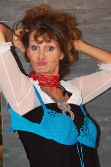 Barbara Weinzierls Kabarettprogramm – Wir muessen reden! Sex, Geld und Erleuchtung - Szenenbild 1