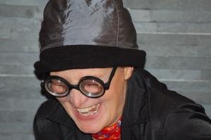 """Lachende Oma - Rollenbild aus """"Wir müssen reden! Sex, Geld und Erleuchtung"""" - Kabarett von Barbara Weinzierl, München"""