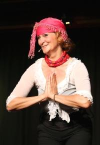 """Szenenbild aus """"Wir müssen reden! Sex, Geld und Erleuchtung"""" - Barbara Weinzierl in der Rolle der schwäbischen Yogalehrerin"""