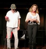 Bühnen-Improvisation in Barbara Weinzierls Kabarett mit einem mutigen Zuschauer