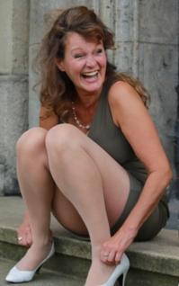 barbara weinzierl sitzt auf einer treppe und lacht