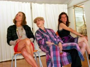 szenenbild mit drei teilnehmerinnen des creacting-impro-schau-spiel-trainings von barbara weinzierl