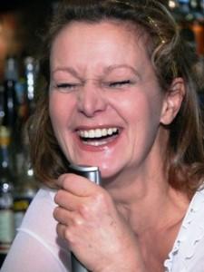 Barbara Weinzierl lacht sich ins Fäustchen, denn Lachen ist gesund und lebensverlängernd!